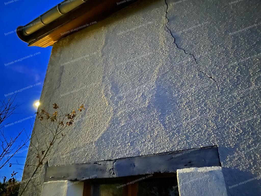 fissure verticale mur pierre après ajout d'une fenêtre
