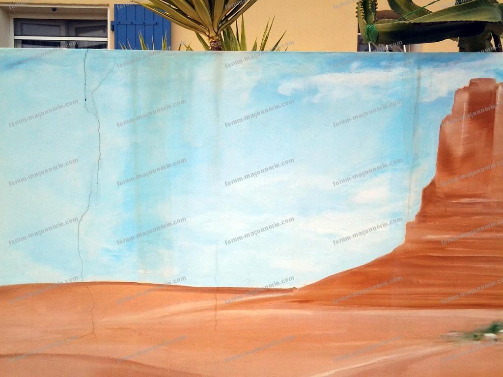 fissures mur de cloture avec fresque