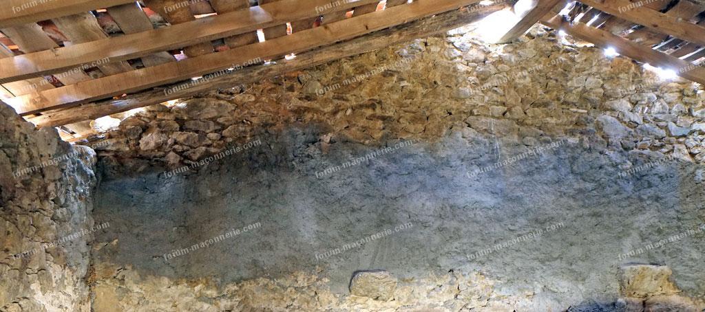 mur en pierre intérieur qui penche